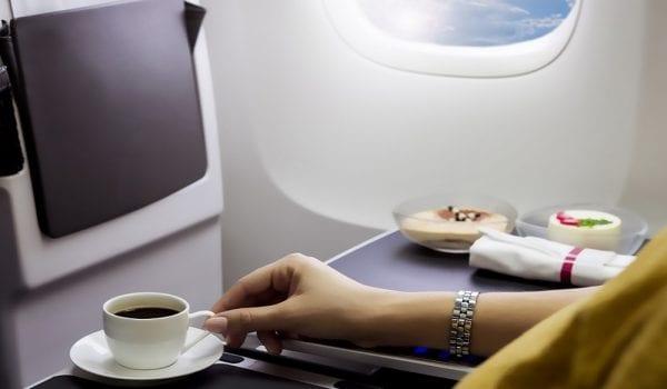 لا تشرب الشاي أو القهوة في الطائرة