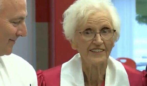 لديها 26 حفيد..امرأة تبلغ من العمر 94 عاماً تحصل على شهادة الثانوية