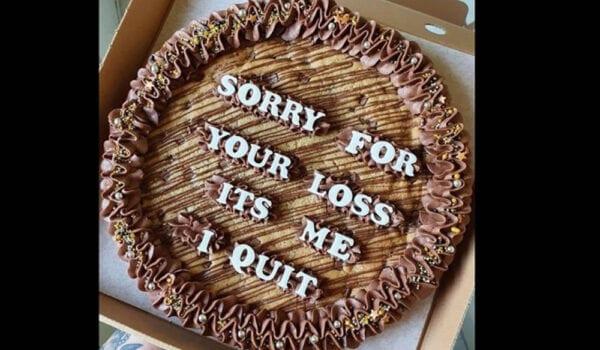 خطاب استقالة على كعكة شوكولا