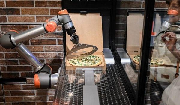 روبوت يحضر البيتزا في باريس يمهد لعصر الطباخين الآليين