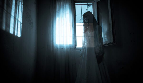 زوجان ينامان شهراً كاملاً على الشرفة خوفاً من شبح